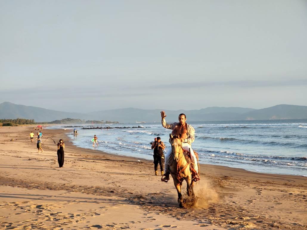 hombre montando un caballo en la playa